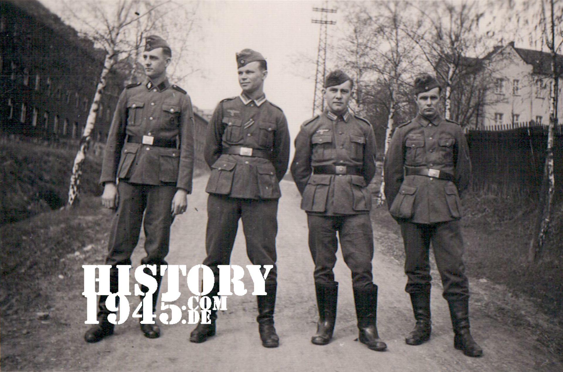 Wehrmachtssoldaten vor der SS Kaserne in Bad Arolsen